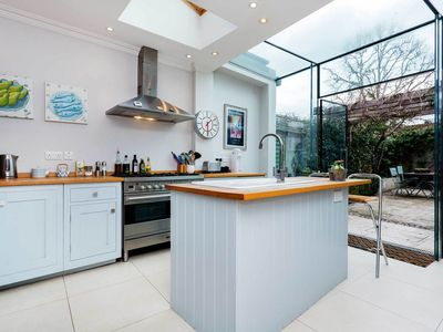 Photo for Charming house in quiet area sleeps 5 people near Notting Hill (Veeve)