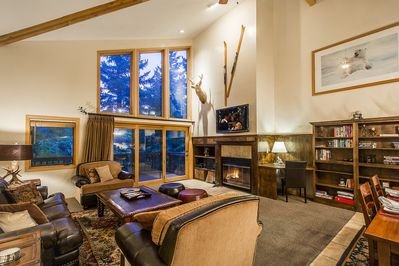 Modern mountain decor with ample space for the entire family