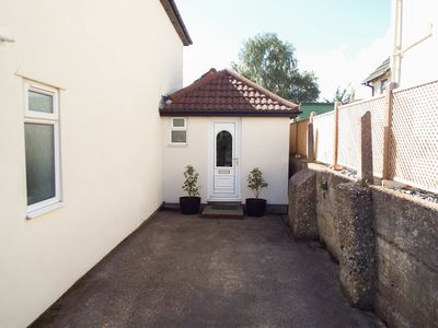 Photo for THE ANNEXE, romantic, with a garden in Poole, Ref 954406