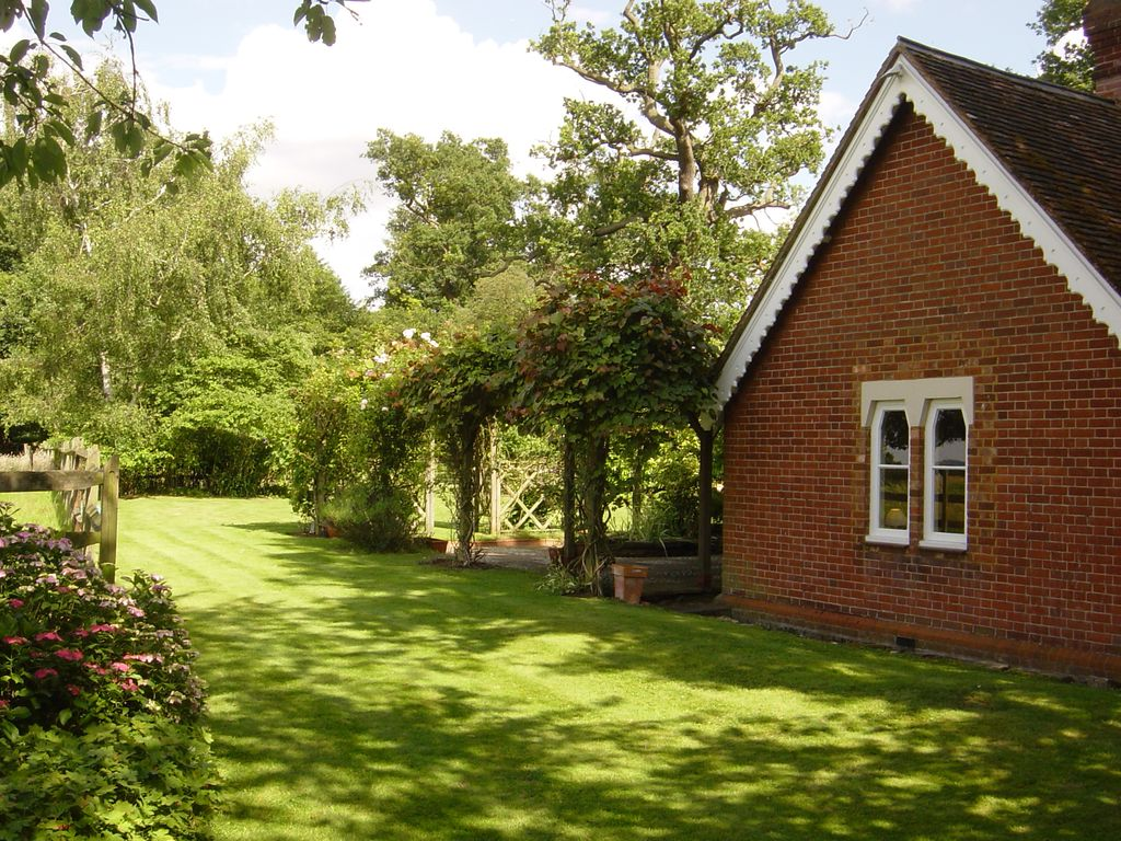 Gorgeous Country Cottage Beside Windsor Great Park