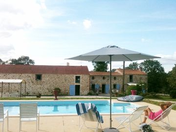 Beautiful cottage 15 people next to the Puy du Fou, heated pool, sea to -d'1h
