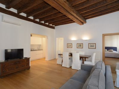 Photo for Wonderful 15th-Century apartment for 10 people in the heart of Venice