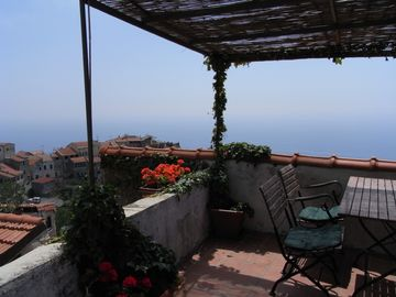 Holiday house with sea view and sun terrace, 4 km to beach
