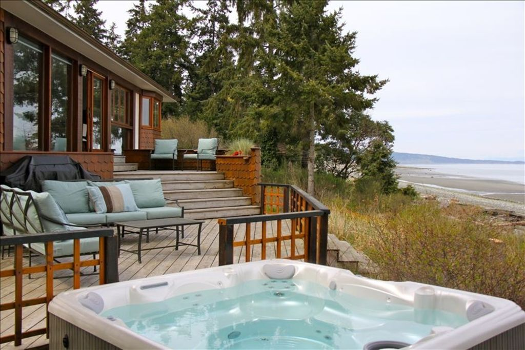 Qualicum beach house rental relax in the hot tub to the sound of waves on