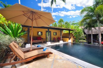 Jendela di Bali's beautiful wet-edge pool: Enjoy the sun or relax on a day bed.