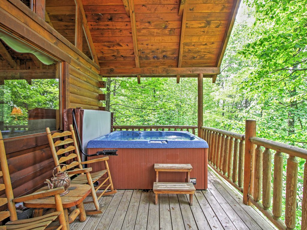 3br gatlinburg cabin w mountain views hot tub for Cabin in gatlinburg with hot tub