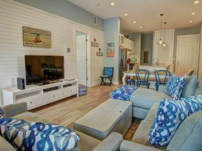 Photo for Open-concept floor plan, beautifully decorated 3-bedroom, central location