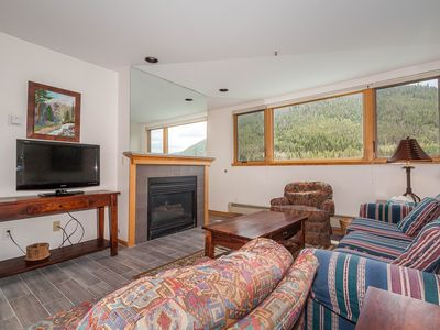Lakeside Condo, Mountain & Lake Views, King Bed, Private Garage, Free WIFI