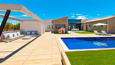 Photo for Avant-garde 3-bedroom villa with pool, garden and 20 minutes from the beach