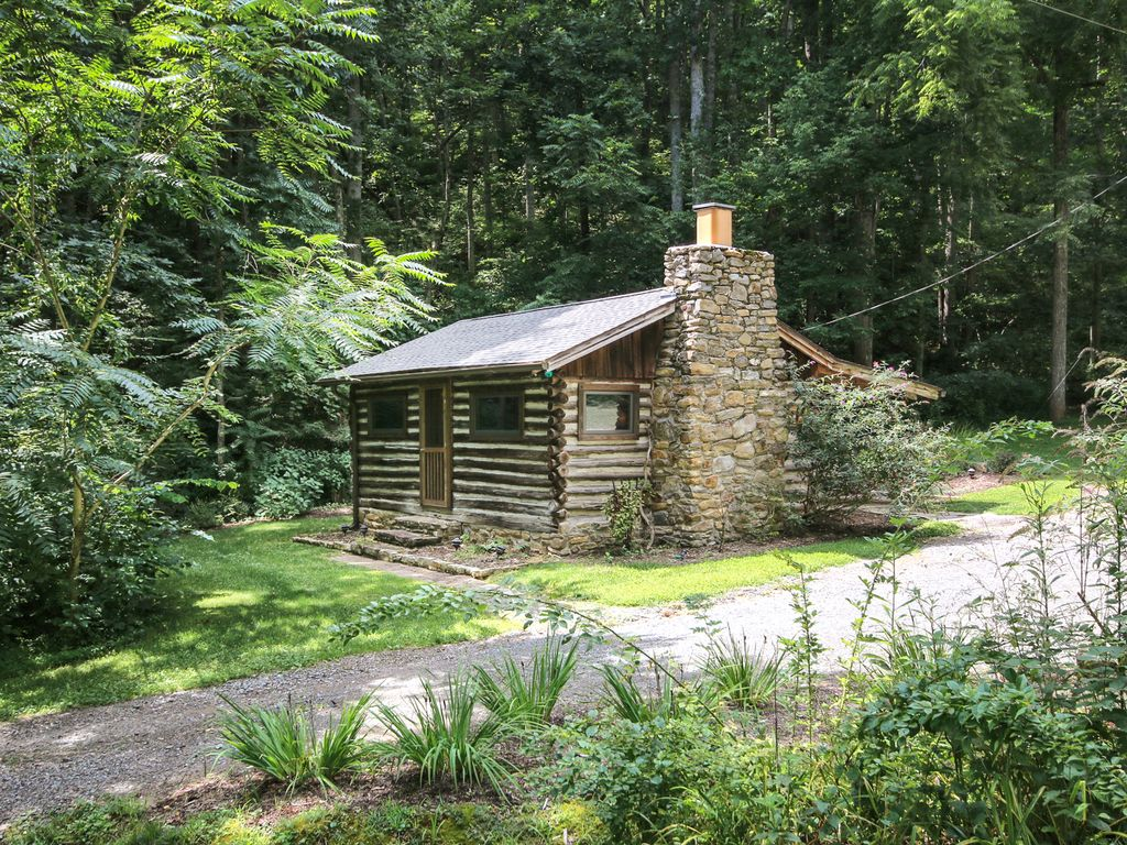 Country cabin tranquil authentic log cabi homeaway for Country log cabins
