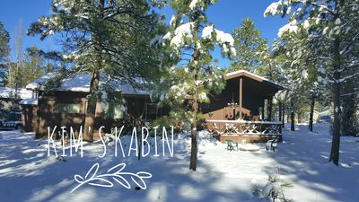 Cozy 3 bedroom 2 bathroom cabin nestled in the pines, close to hiking trails.