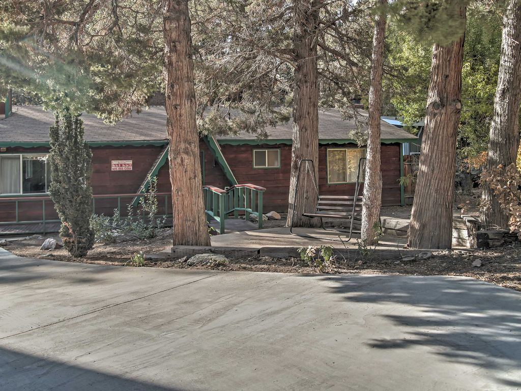 Charming 3br big bear cabin w private hot tub big bear for Big bear 2 person cabin