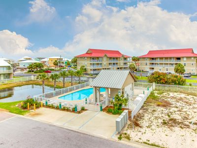 Photo for Pristine getaway close to the beach w/ community pool - snowbirds welcome!
