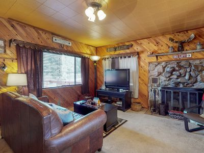 Photo for Cozy Big Bear cabin with deck and private hot tub!