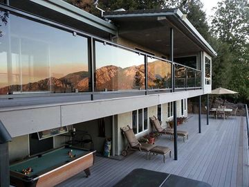 Romantic home. Incredible views, double deck, private jacuzzi & total seclusion