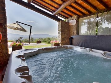 Big Private Garden, AC, Swimming Pool, Huge Playground, Hot Tub & Great View