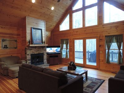 Luxury Cabin with Large Game Room, Hot Tub, WiFi, Fire Pit, Fenced in Back Yard