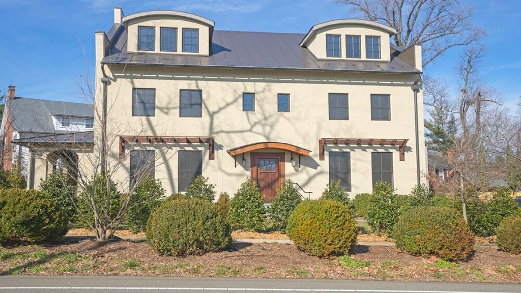 Walk to uva gorgeous european rugby vrbo for Charlottesville cabin rentals hot tub