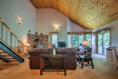 This home for 6 is ideal for families looking to ski or hike.