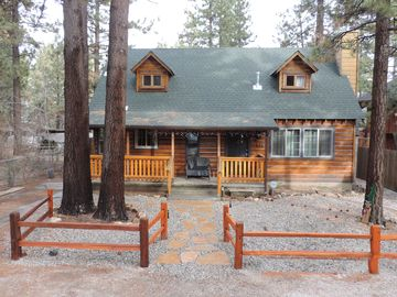 Completely remodeled stylish, 2-story log cabin, hot tub, sleeps 7,PeterPan area
