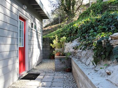Gorgeous spacious Self Contained Cottage, 6 Miles From Downtown Los Angeles.