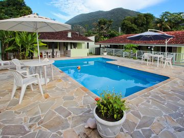 Excellent house with 6 beds (3 suites), 5 bathrooms, swimming pool Pond
