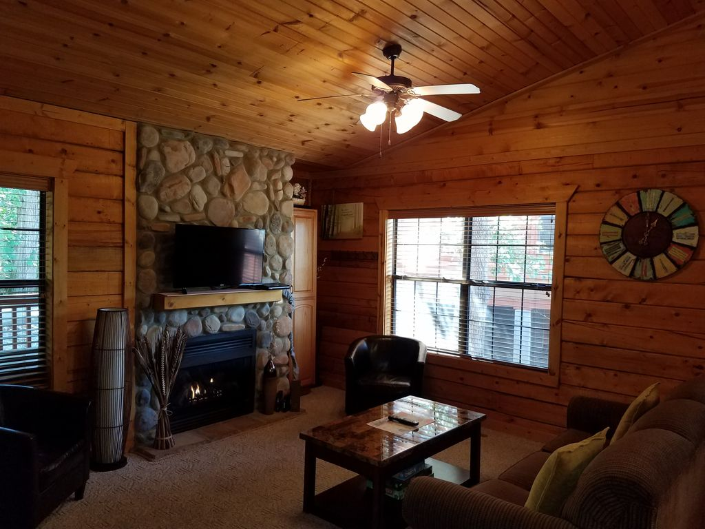 beautiful log cabin at cabins of grand mountain in branson. Black Bedroom Furniture Sets. Home Design Ideas