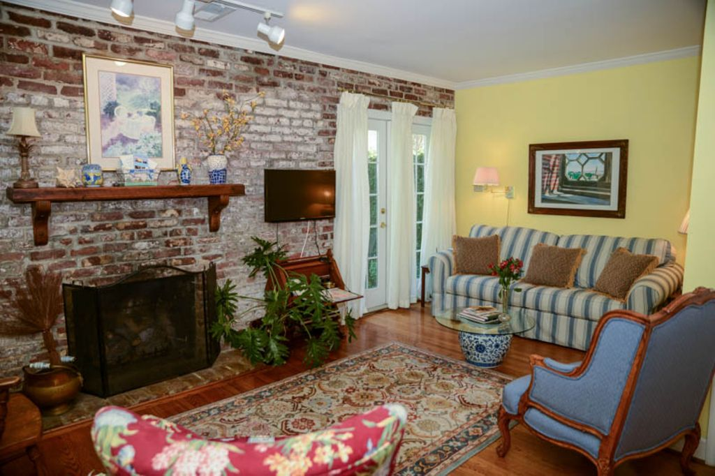 Two bedroom carriage house in historic district of - 3 bedroom apartments downtown charleston sc ...