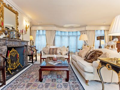 Photo for Stunning Shakespearean 2 Bedroom apartment beside Buckingham Palace