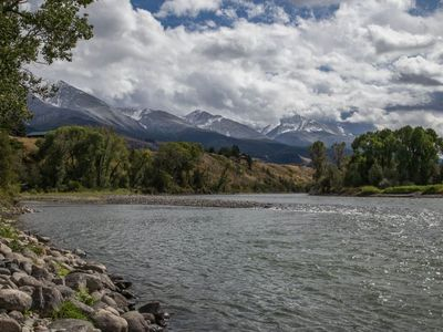 Yellowstone Pines - Lovely home in Paradise Valley along the Yellowstone River with Hot Tub!