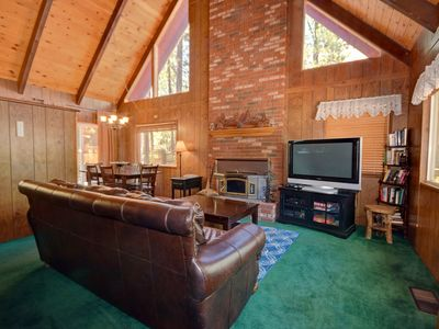 Way Back Wren: Near Village & Snow Summit! Fireplace! Fenced Yard! Cable TV! BBQ! Pool Table!