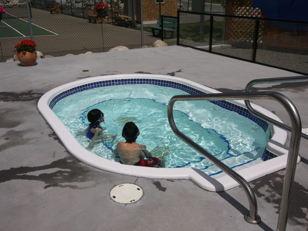 3br Pool Side Luxury Cottage Sleeps 8 With Lake View South Fintry Okanagan Valley British