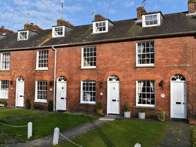 Photo for Dolphin Cottage, dog & family friendly holiday home near the centre of Rye