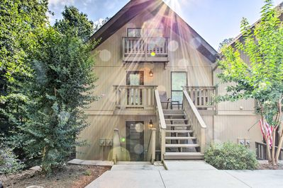 The condo enjoys the amenities within the Keowee Keys gated community.