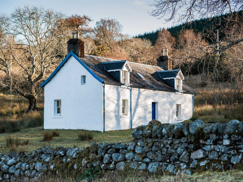 scottish highland holiday cottage in idyllic loch side