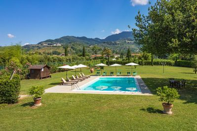 Tela apartment near Lucca. View over the big garden with the swimmingpool.