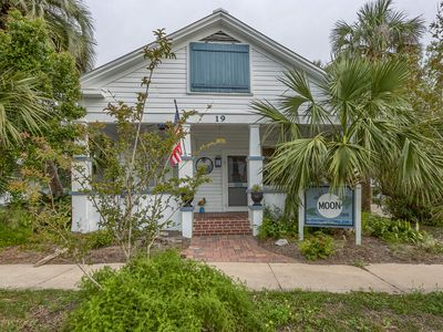 "Heart of Historic Apalachicola, Nostalgic Florida ""Blue Moon Cottage """