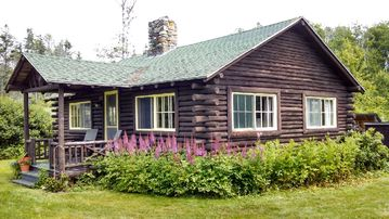 Charming Log Cottage, Bay Views, Easy Access to Rocky Shoreline