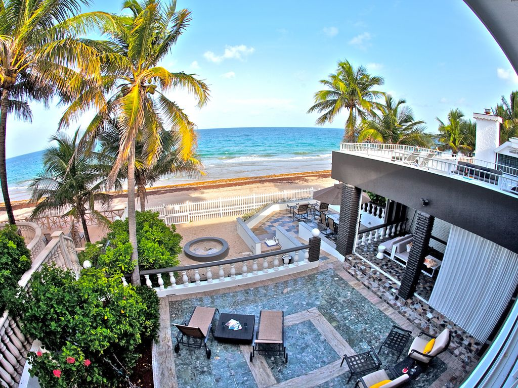 Modernly Decorated Ft.Lauderdale Beach House.The beach is ...
