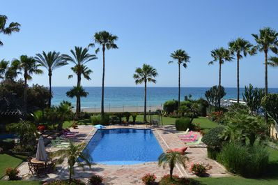 HUGE PRIV POOL , DIRECT ON THE SANDY BEACH , AN EASY STROLL TO GUADALMINA HOTEL