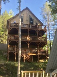 Built right on the shoreline of Norris Lake conveniently near the boat ramp