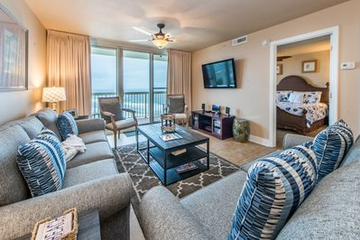 Spacious open concept - Flat screen and VIEWS