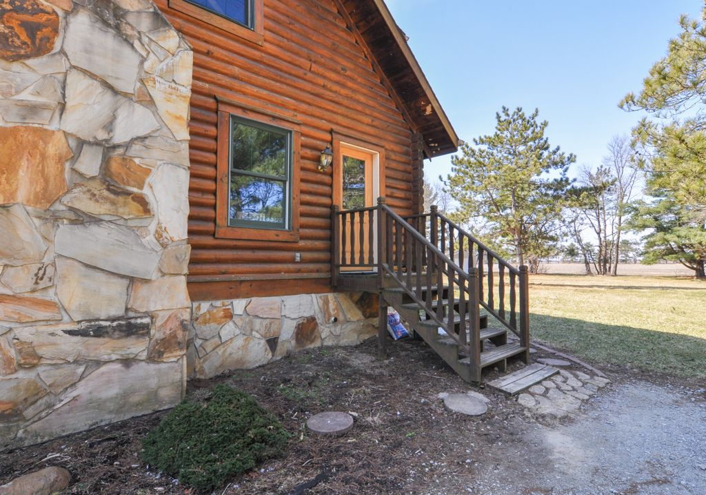 Rustic Log Cabin Close To Purdue University Available For