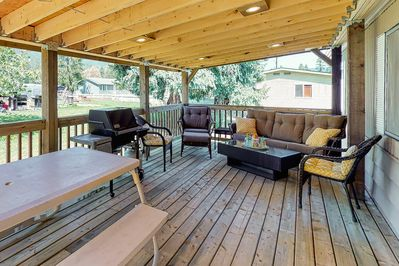 Lazy Dayz Cottage - Private Deck with BBQ and Outdoor Seating