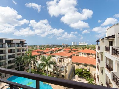 Great Balcony Views, Tropical Flare Condo, Perfect for Couples, Close to great Restaurants