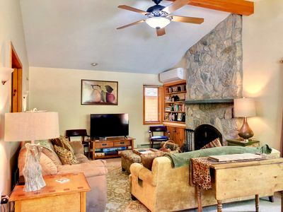 O1 Slopeside Bretton Woods cottage with AC, large patio and private yard! Walk to slopes!