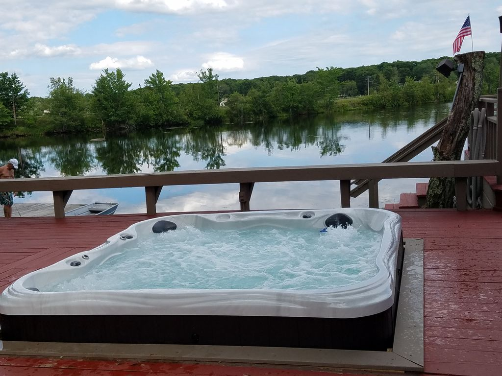 Poconos lakefront ski camelback hot tub homeaway for Pocono rental with private swimming pool