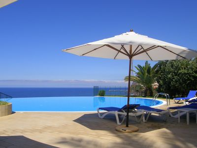 Photo for A spacious one bedroom apartment with gym, infinity pool, sea views, WiFi