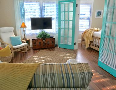 Cute bright loft near bay front shops and dining. Short walk to town.