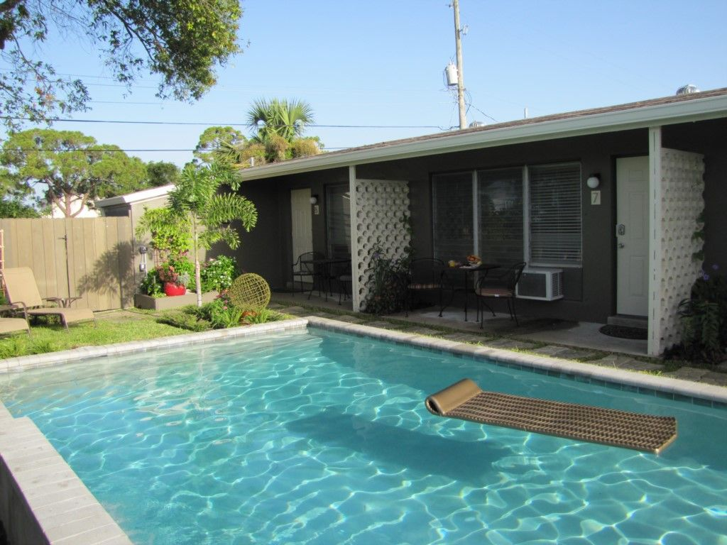 Garden Walk Dining: (6WF) Elegant Studio, Garden, Shared Pool, Walk To Dining